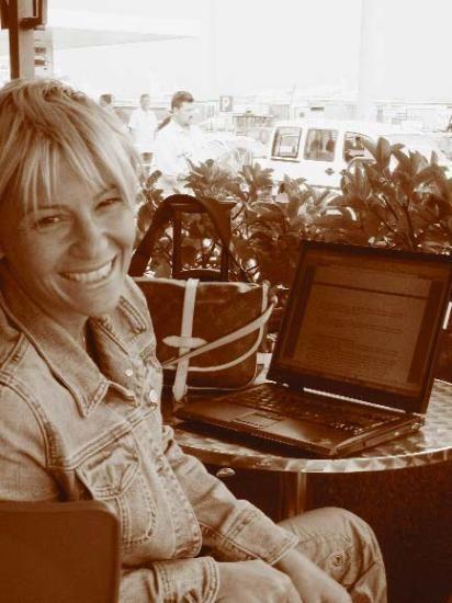 En İyi Gazeteci / Yazar: Ayşe Arman    Neden Ayşe Arman?  Genellikle kadın-erkek ilişkileri başta olmak üzere uç yazılar yazdığı,    'Pazar Röpörtajları'yla ses getiren gazetecilik başarılarına imza attığı için...